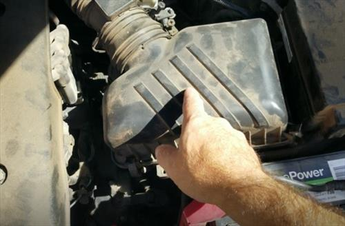 How To Change an Air Filter for a Kia Spectra 2005-2009 Step 1